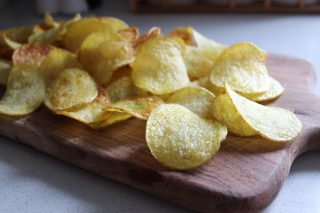 tagliere di patate fritte pronte