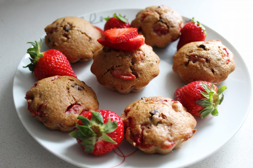 muffin integrali con fragole e gocce di cioccolato
