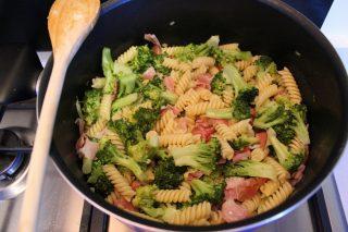 far saltare la pasta nella pentola con broccoli e speck