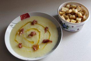 crema di patate e porri con speck sopra