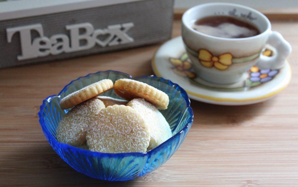 biscotti con farina di riso con tazza di tè