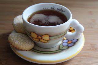tazza di thè con biscotti