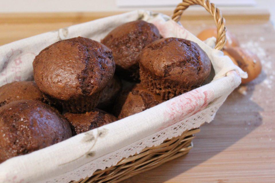 cestino di muffin al cacao