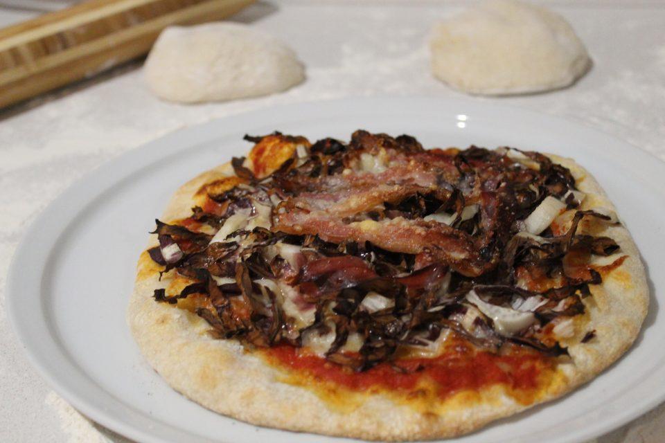 pizza con radicchio pancetta e grana
