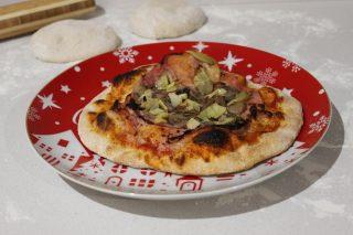 pizza con prosciutto funghi e carciofi
