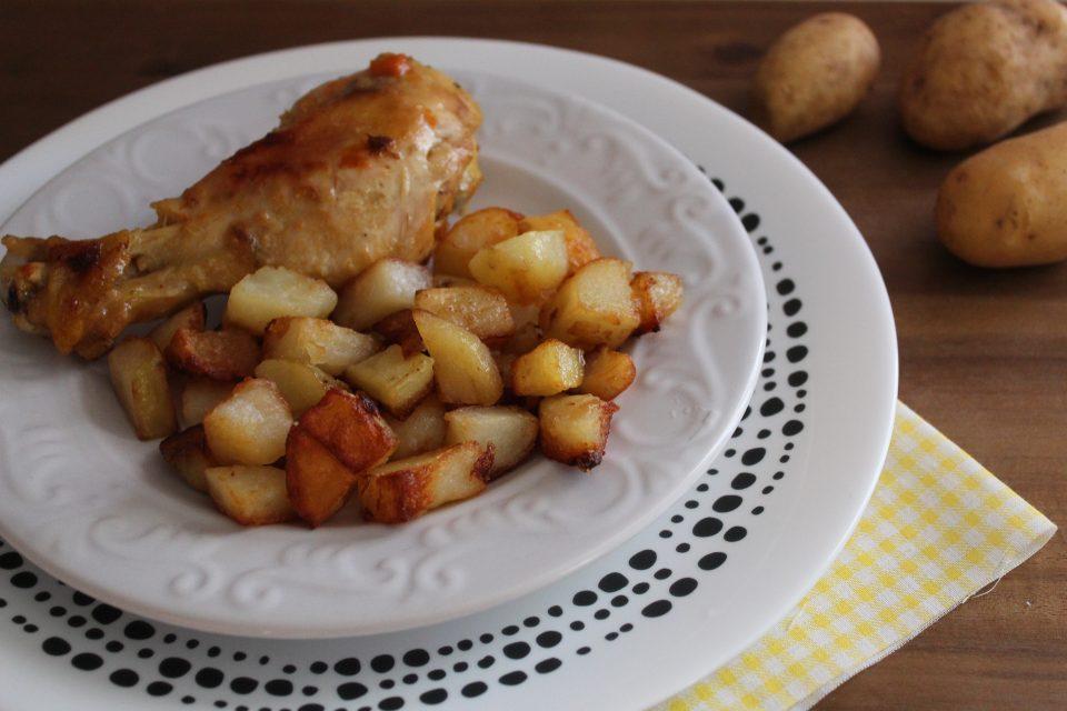fusi di pollo con patate in padella