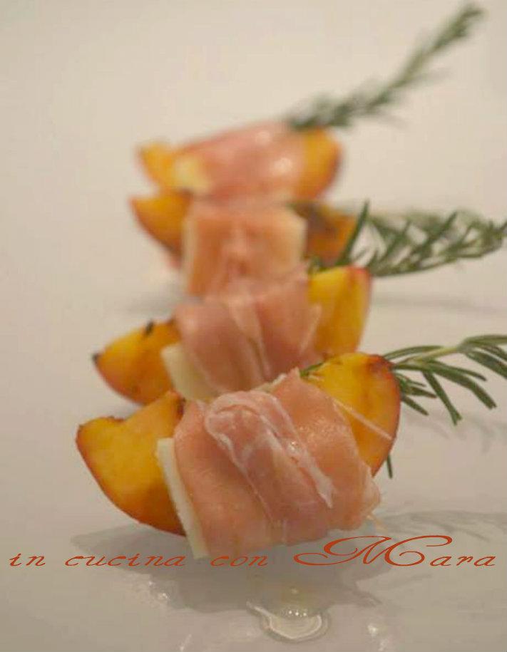 Cuore di pesca avvolto di prosciutto
