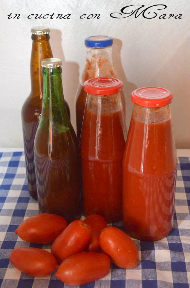 salsa di pomodoro fatta in casa in cucina con mara