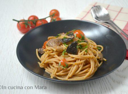 Spaghetti integrali con funghi e pomodorini