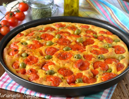 Focaccia di semola con pomodorini e olive