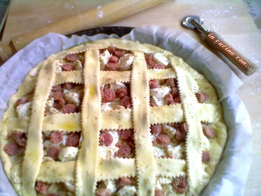 crostata con salciccia e formaggi
