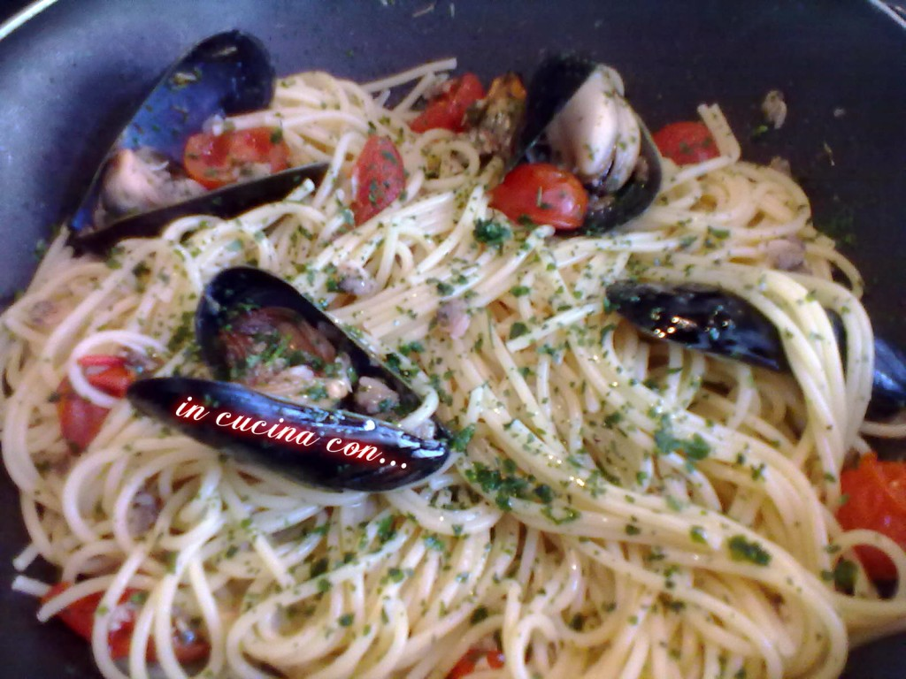 SPAGHETTI CON FRUTTI DI MARE, ricetta di mare - In Cucina con ...