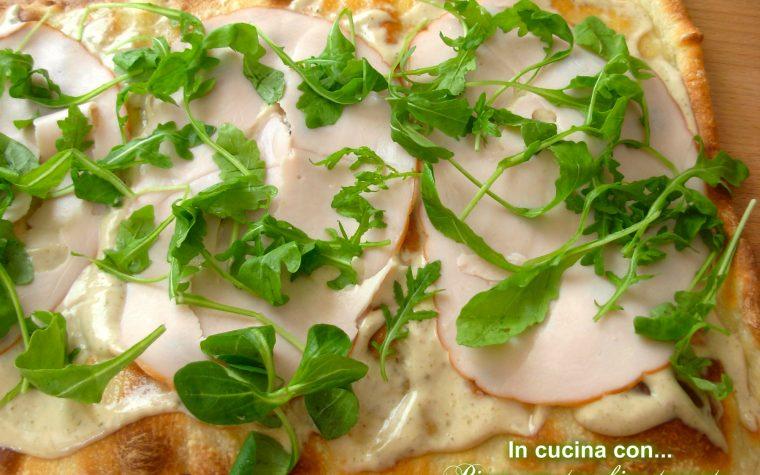 Pizza con tacchino tonnato, ricetta facile