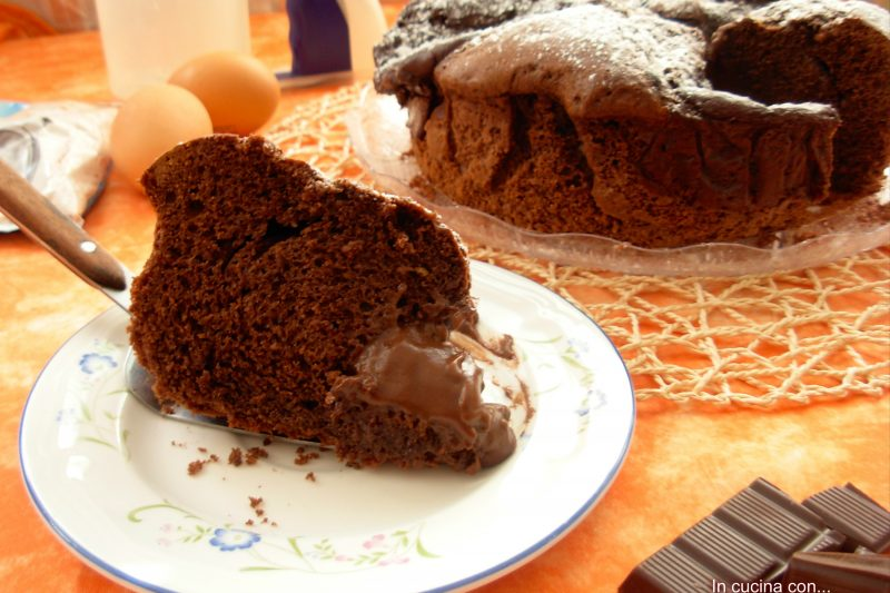 Torta nua al cacao con crema al cioccolato