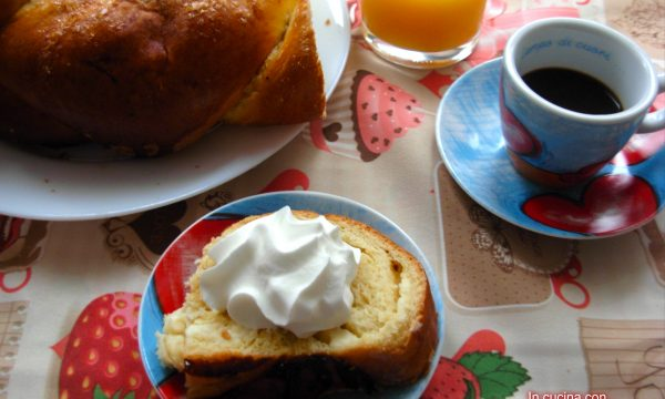 Treccia di pan brioche con pezzi di cioccolato bianco