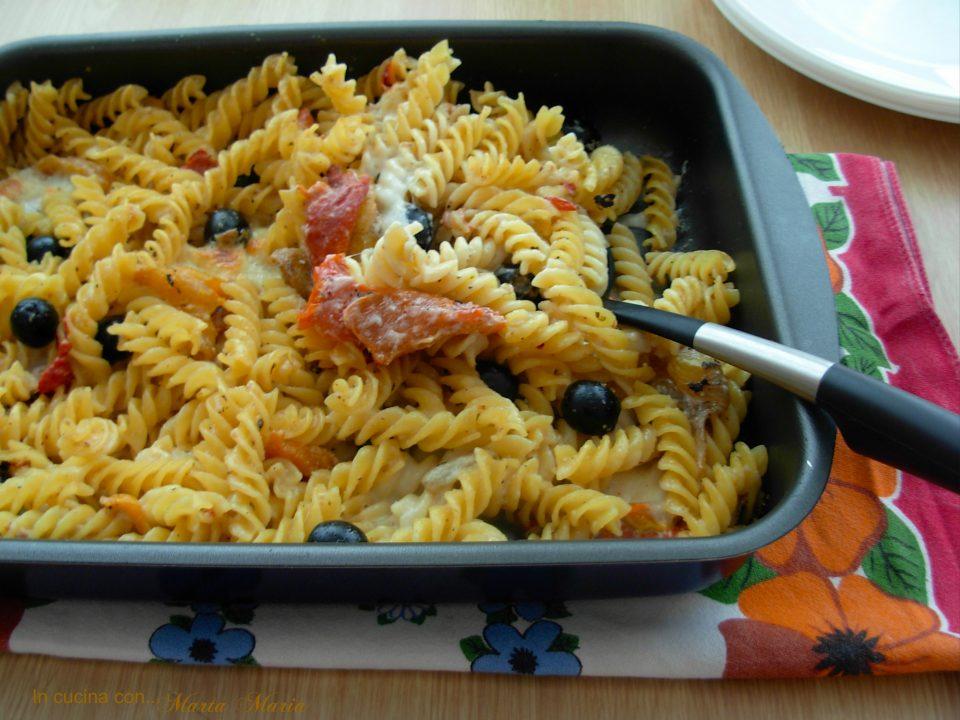 pasta al pesto di noci, peperoni e olive