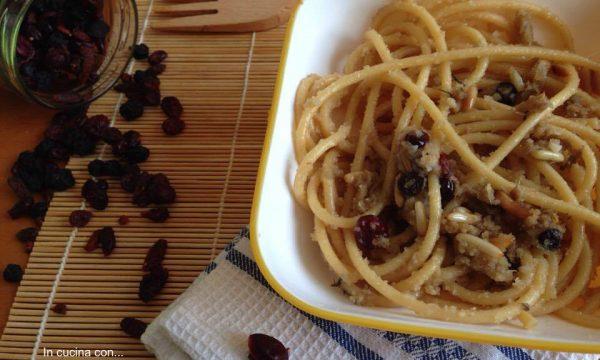 Bucatini con acciughe pinoli e bacche di Goji