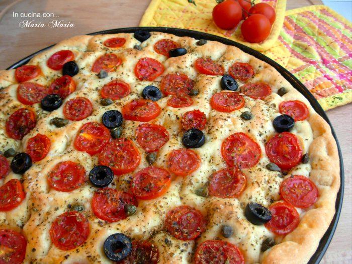 focaccia-con-pomodoro-olive-e-capperi