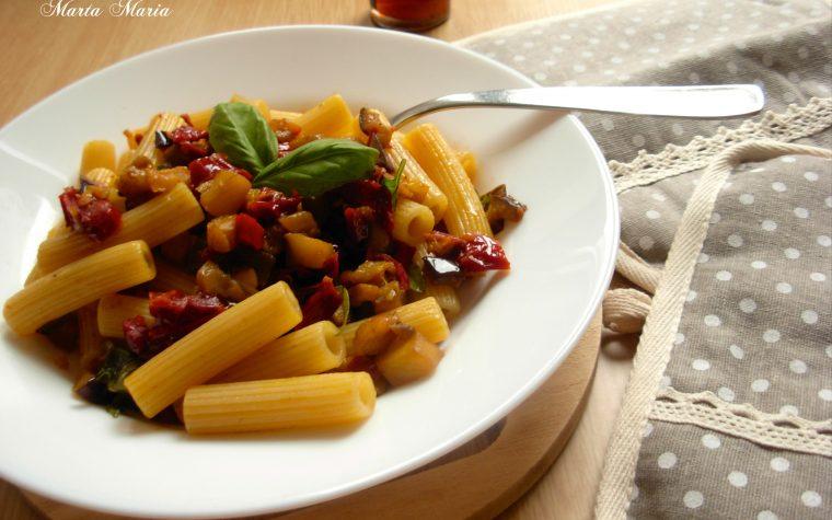 Pasta con melanzane e pomodori secchi, ricetta facile