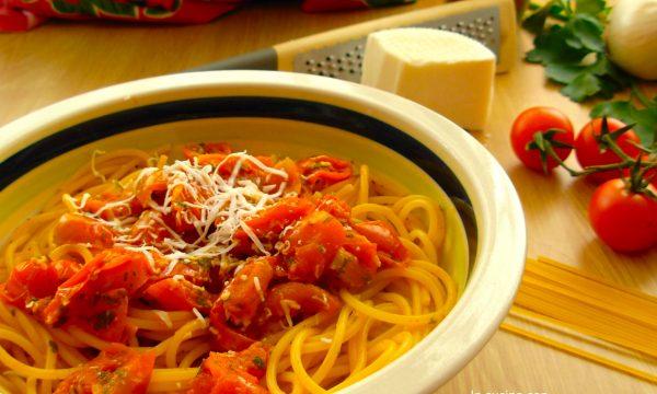 Spaghetti con pomodorini scoppiettanti, ricetta Pugliese