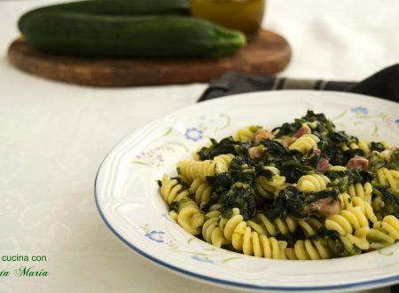 Fusilli con spinaci zucchine e pancetta