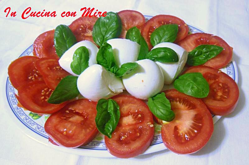 Mozzarella di bufala con i pomodori insalata di stagione