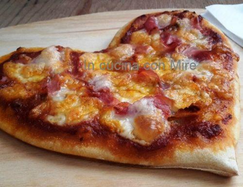 Pizza con pasta madre a forma di cuore