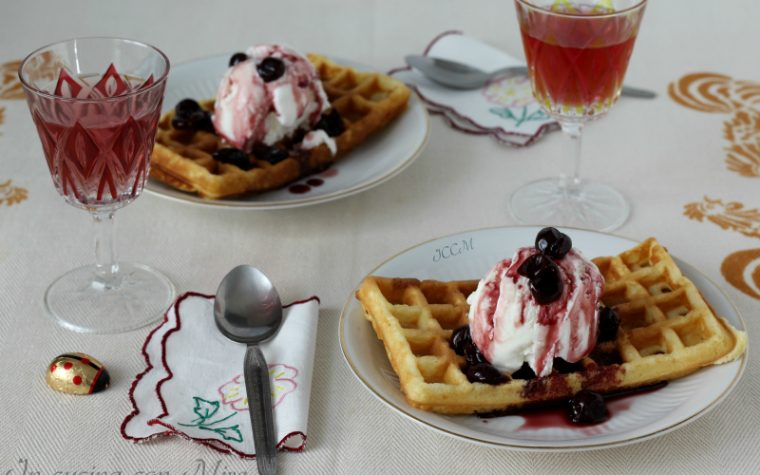Waffles con gelato e amarene