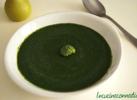 Zuppa piccante con broccoli, spinaci e limone