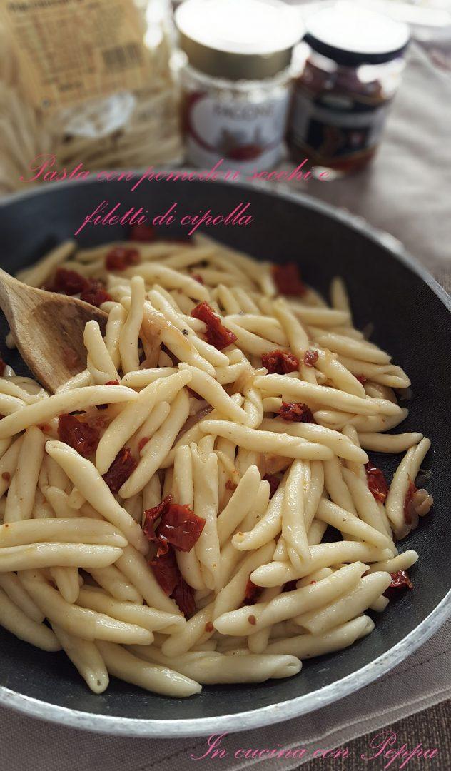 pasta pomodori secchi e filetti di cipolla