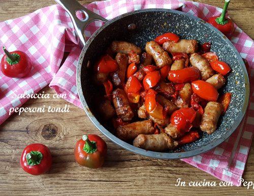 Salsiccia con peperoni tondi in padella