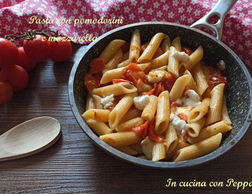 Pasta con pomodorini e mozzarella – ricetta filante