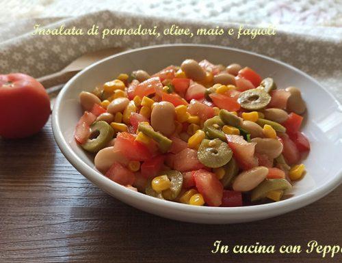 Insalata di pomodori con olive mais e fagioli