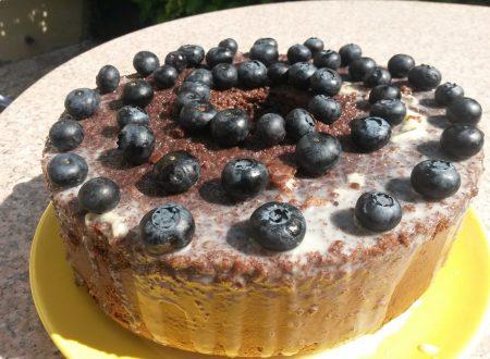 Chiffon cake al cacao con ganache  al cioccolato bianco e mirtilli