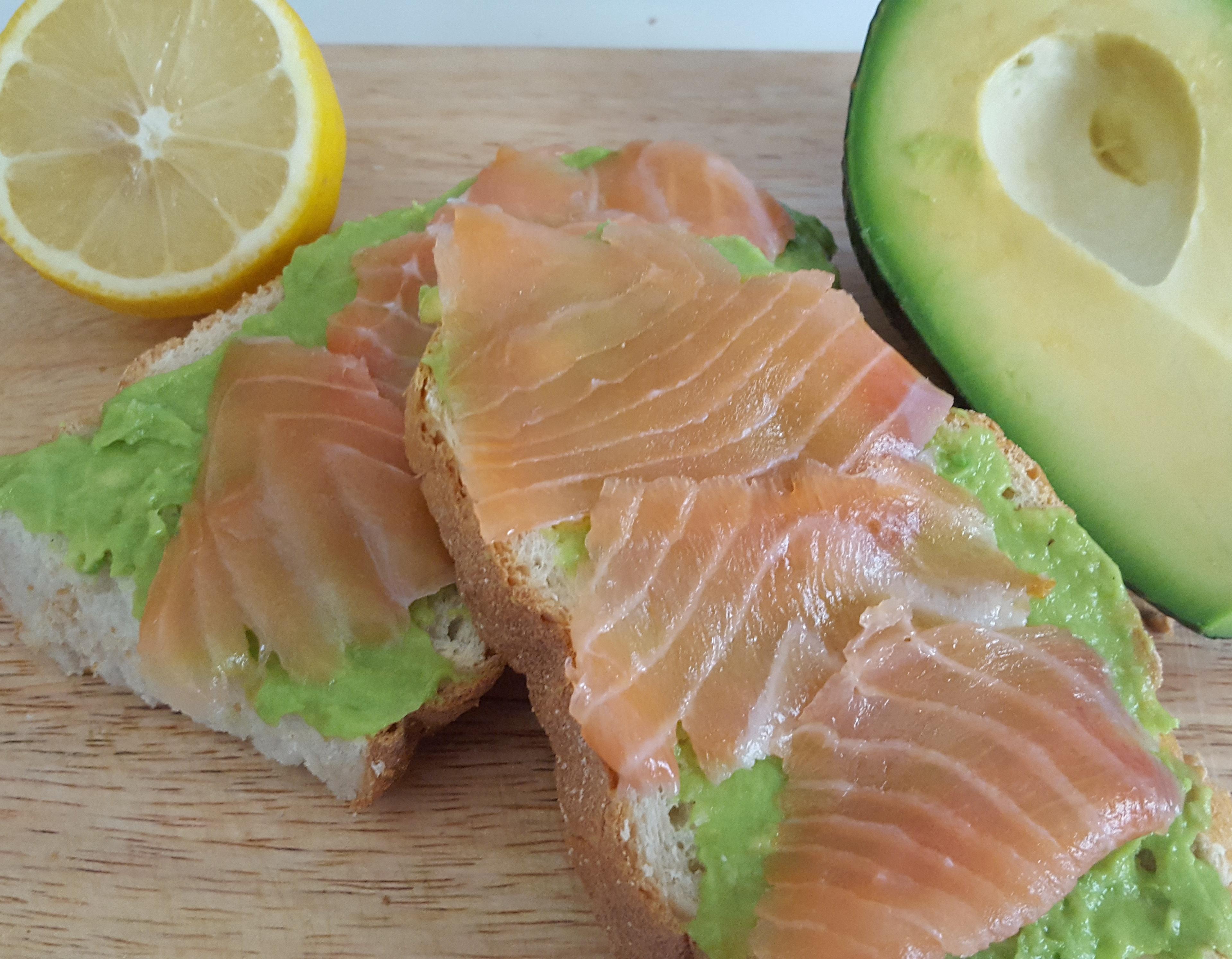 Crostini con crema di avocado e salmone
