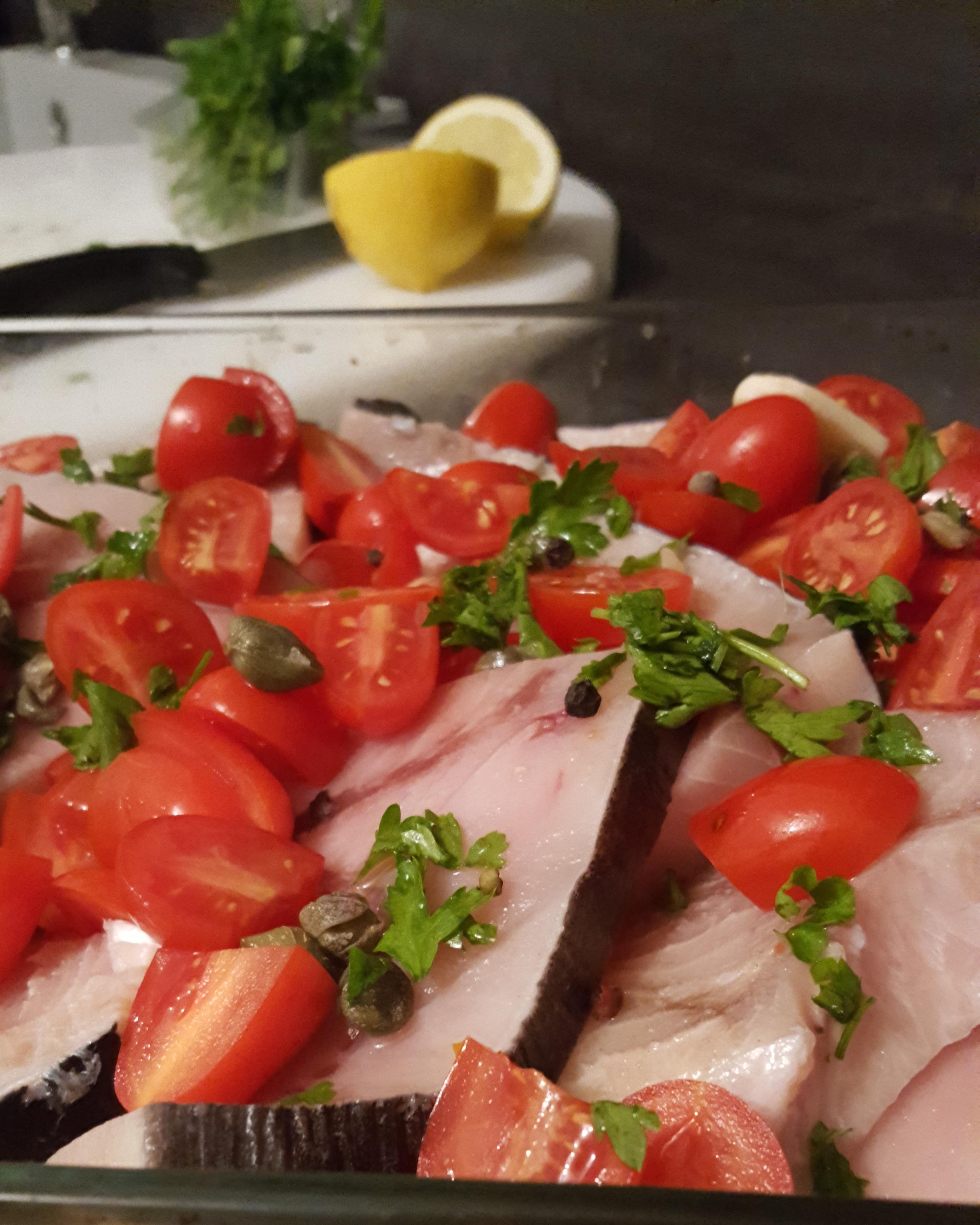 Pesce spada al forno con pomodorini e capperi