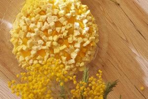 Torta mimosa alle pesche sciroppate
