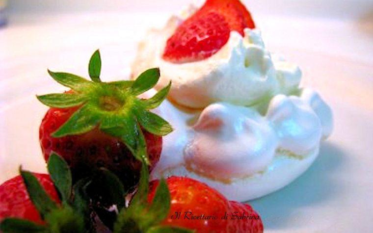 Mini pavlova alla fragola , ricetta di dolci alla frutta
