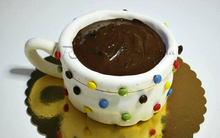 Torta a forma di tazza di cioccolato