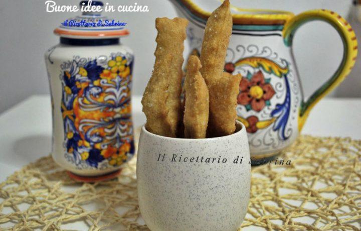 Bastoncini di pasta fritta