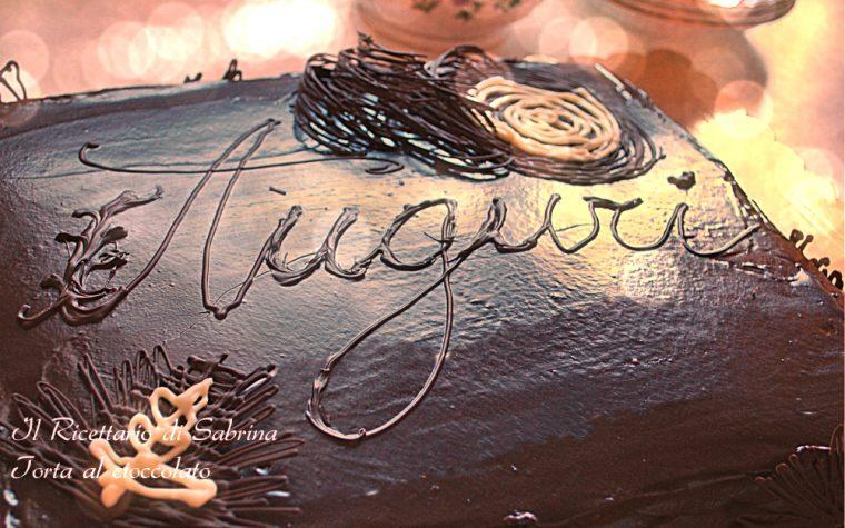 Torta golosa al cioccolato con decori in filigrana di cioccolato