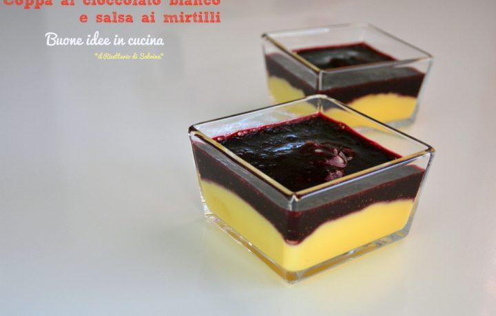 Coppa al cioccolato bianco e salsa ai mirtilli
