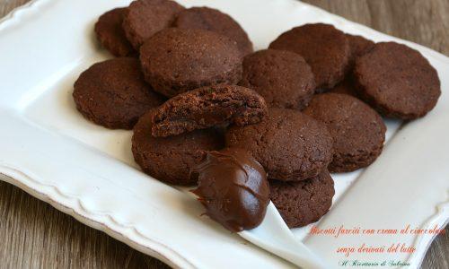 Biscotti farciti con crema al cioccolato senza derivati del latte
