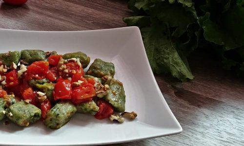 Gnocchi verdi con salsa di pomodoro e noci