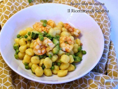 Gnocchi con piselli, zucchine e code di gambero