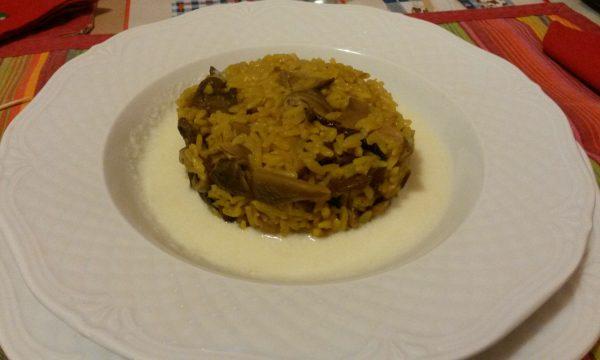 Risotto integrale allo zafferano con funghi al sale rosso delle Hawaii e colatura di Tipico Lodigiano
