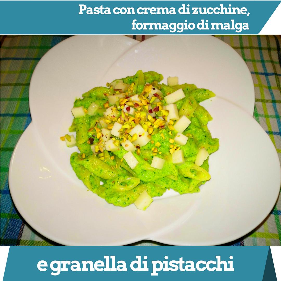 Pasta con crema di zucchine, formaggio latteria e granella di pistacchi