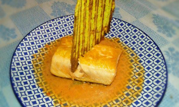 Trancio di salmone con cialda di zucchine e succo di pomodoro