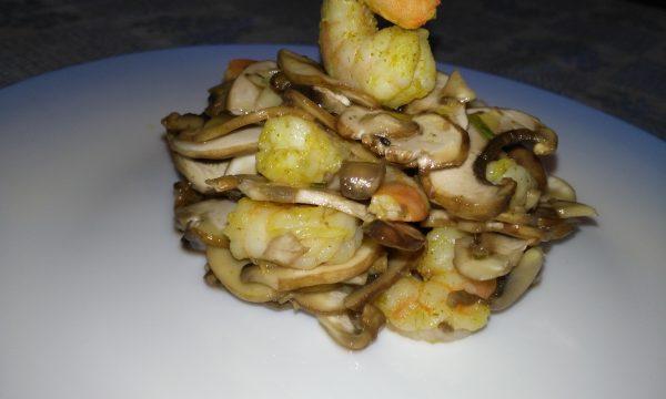 Insalata di funghi e mazzancolle con pinoli
