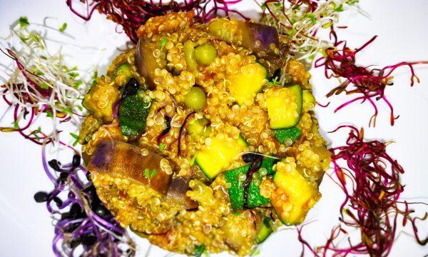 Idea per una cena vegana – quinoa con verdure e germogli